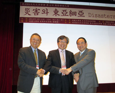 鄭培凱 (写真左) 2012年度副会長 (香港城市大学) 崔官 (写真中央) 2012年度会長 (高麗大学校) 馬敏 (写真右) 2011年度会長 (華中師範大学)